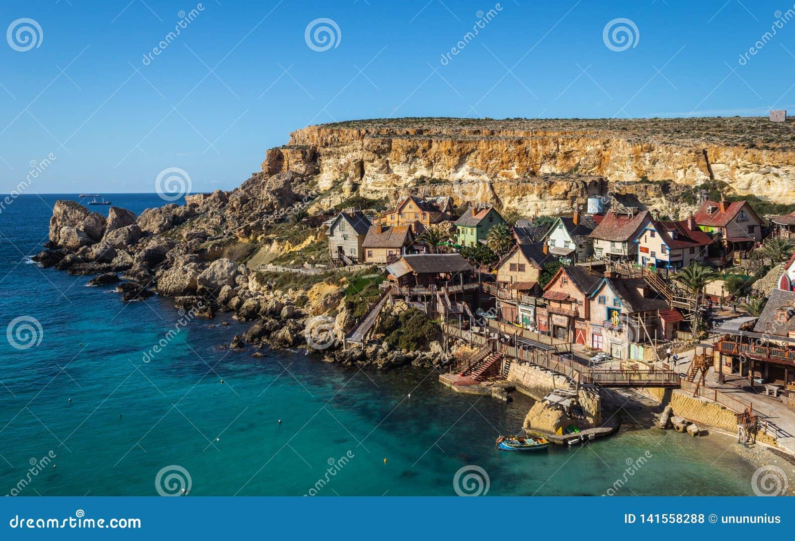 Красивый вид на доме Popeye Деревня с много красочных домов в шуточном стиле Размещенный в заливе анкера в Мальте голубое небо