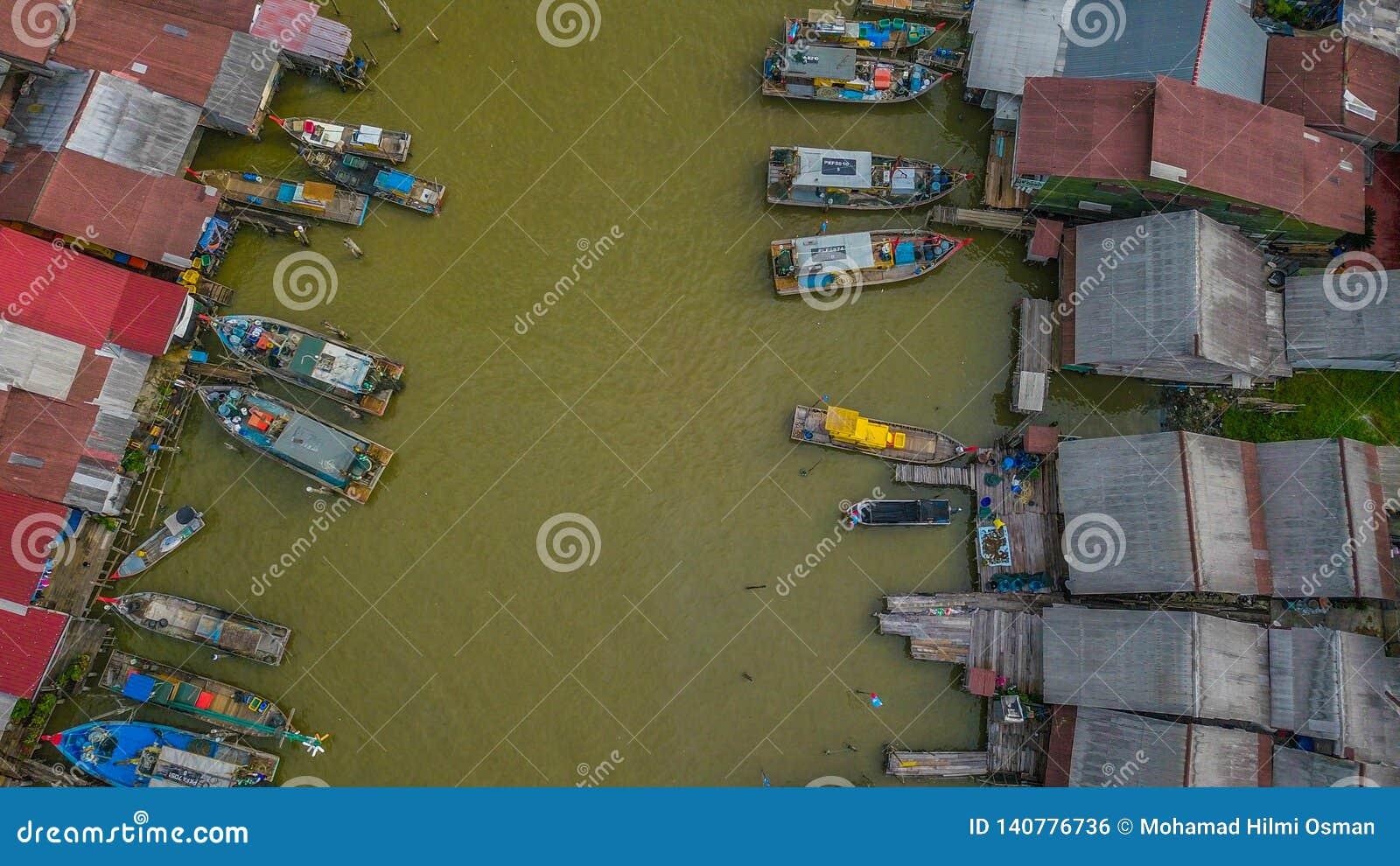 Красивый вид с воздуха ландшафта деревни рыболовов в Kuala Spetang Малайзии