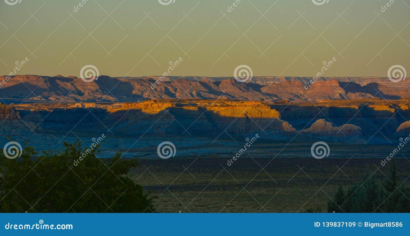 Красивый восход солнца захода солнца в озере гор песка Аризоны