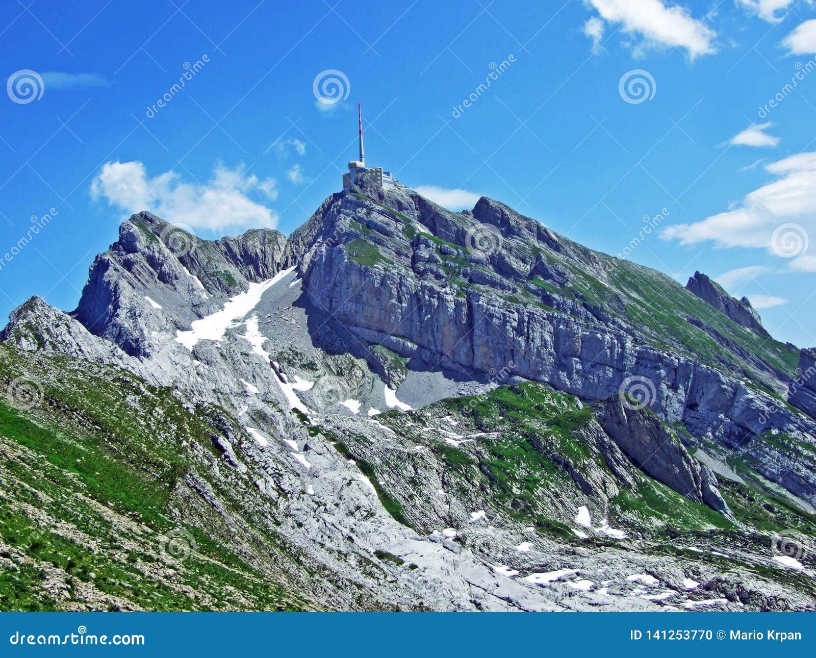 Красивый и доминантный высокогорный пик Säntis в горной цепи Alpstein