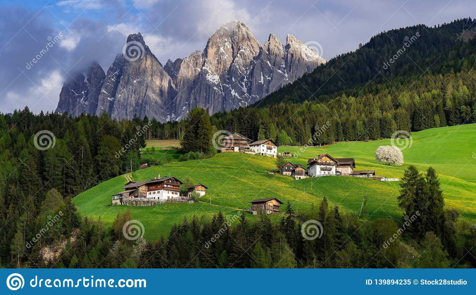 Красивый ландшафт в Альпах Санта Maddalena, Di Funes Val, доломиты, Италия зеленый лужок