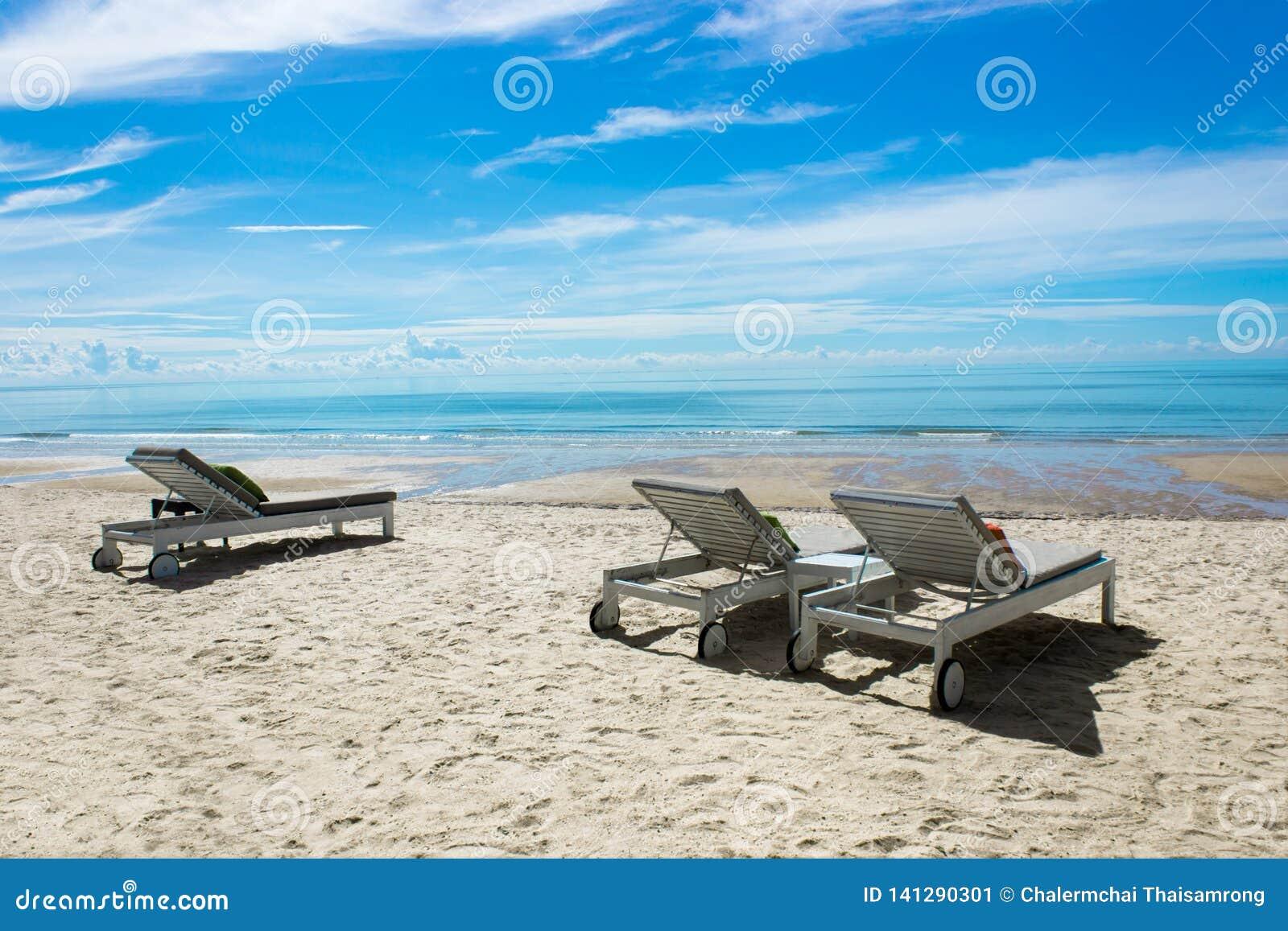 Красивый пляж со стульями для космоса экземпляра