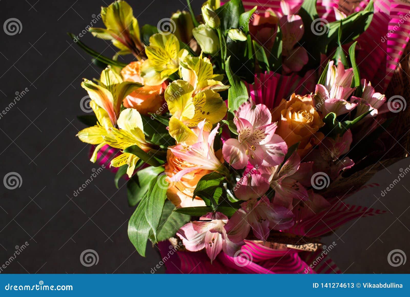 Красивый элегантный букет весны лета с розами и alstroemerias