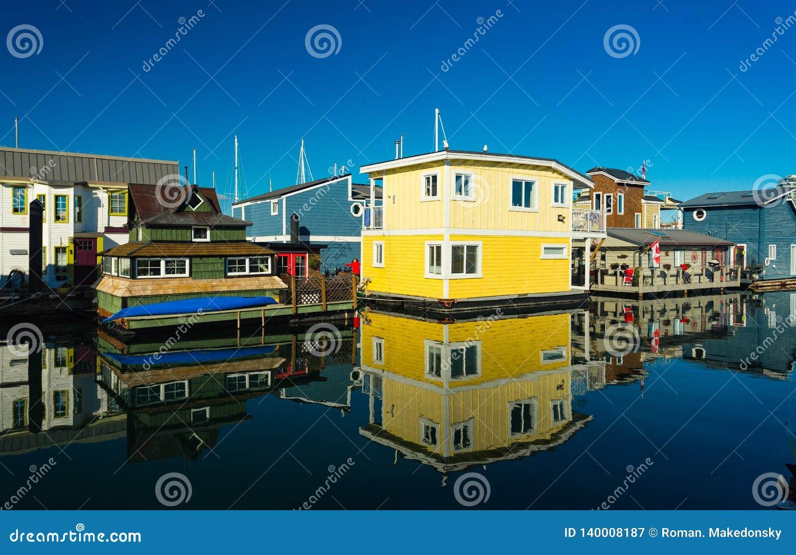 Красочная деревня домов на яркий солнечный день, голубого неба поплавка