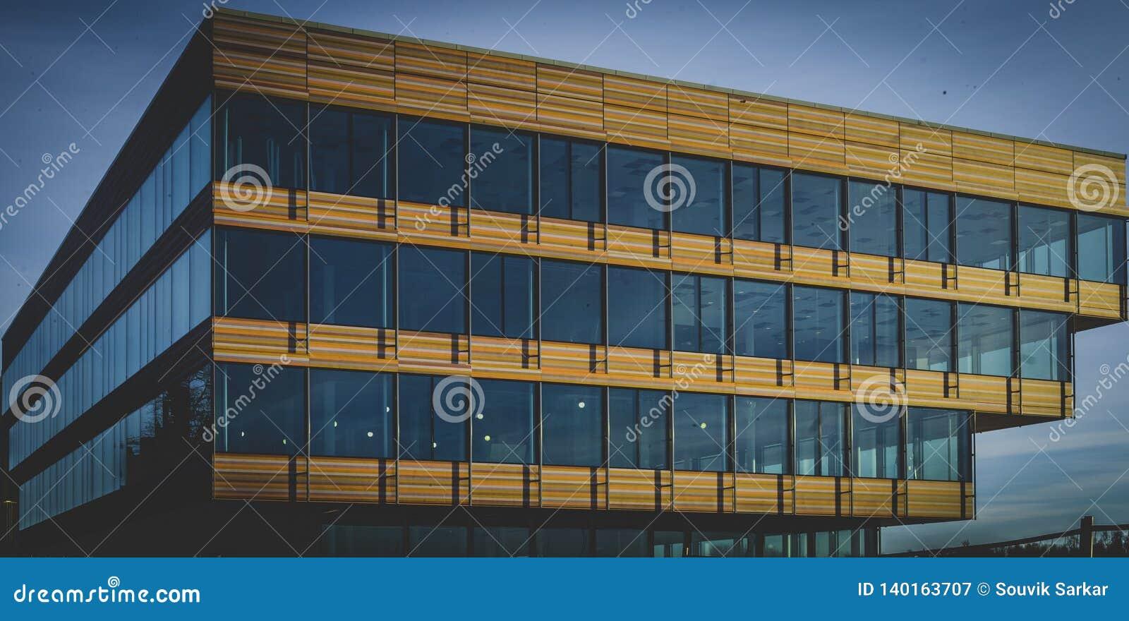 Красочное здание под голубым небом