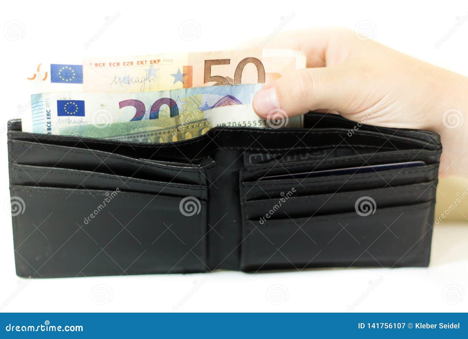 Кредитки и монетки евро Деньги в бумажнике Экономика в Европе