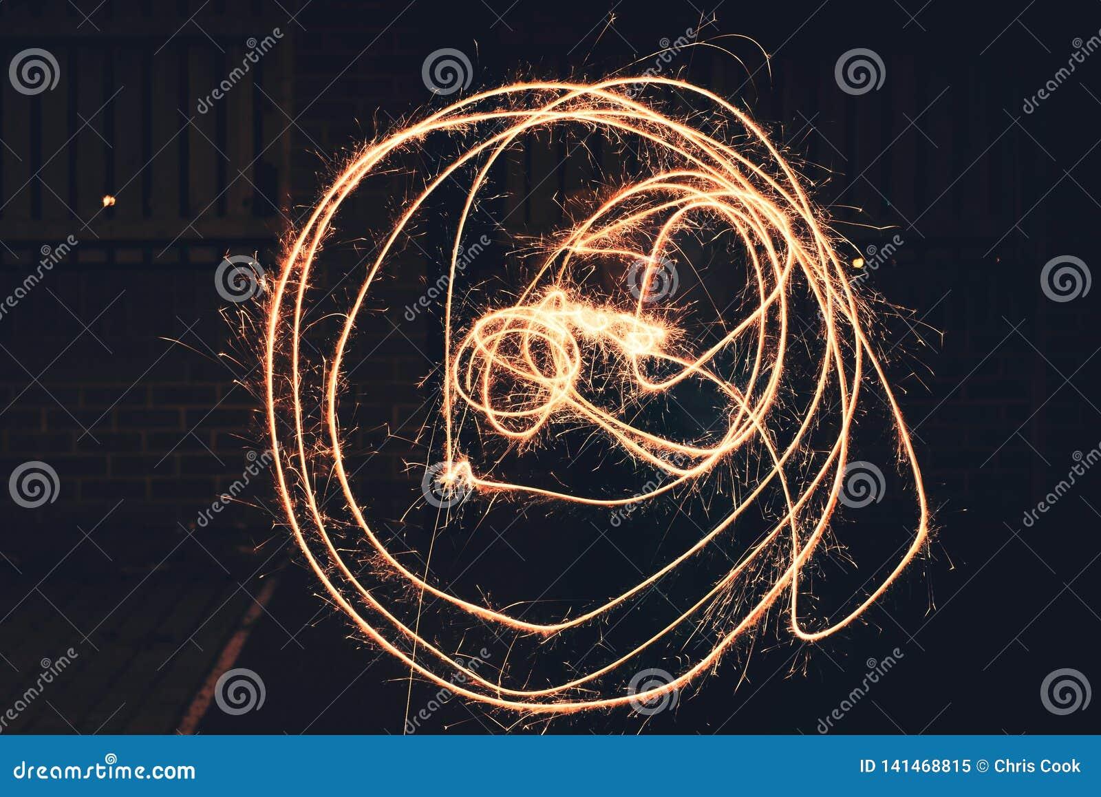 Круги придаватьые заостренную форму используя бенгальский огонь