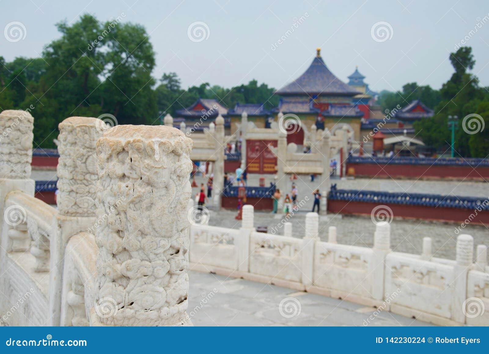 Крыши китайца Temple of Heaven Пекин, Китая - фокуса на высекаенном мраморном штендере