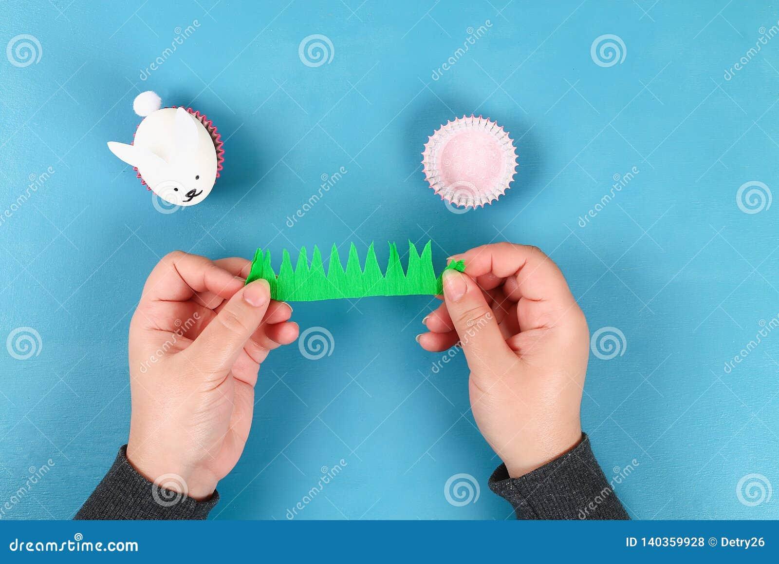 Кролик Diy от пасхальных яя на голубой предпосылке Идеи для подарка, оформление пасха, весна handmade