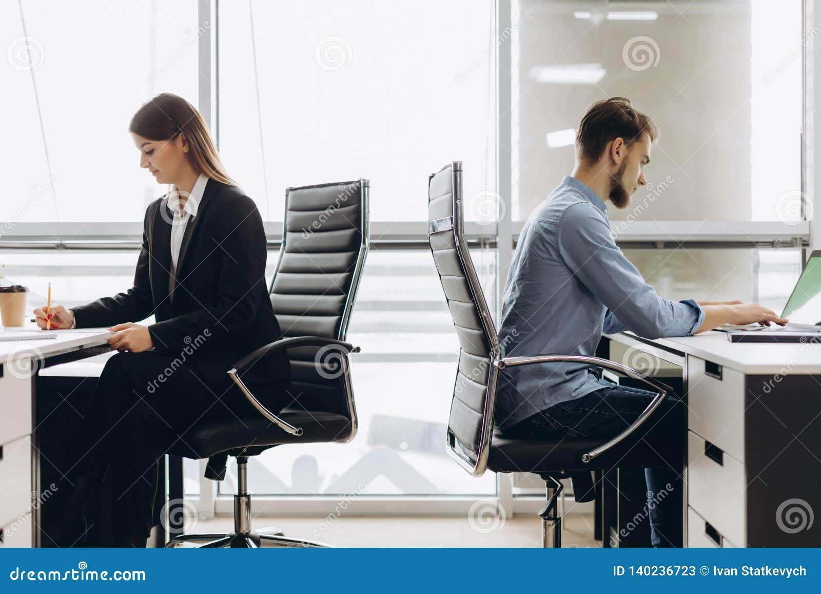 Коллеги дела работая на занятом открытом офисе плана
