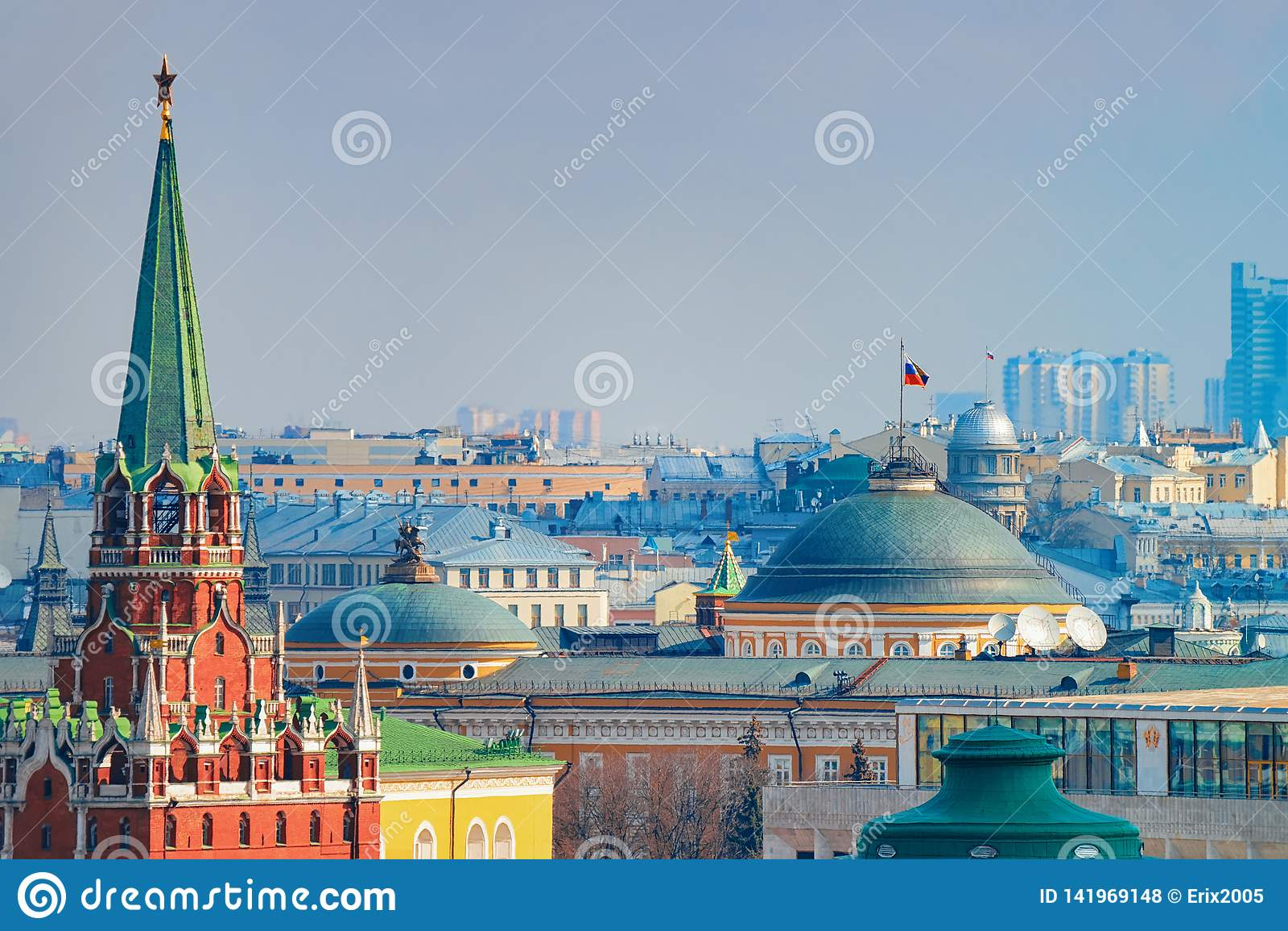 Колокольня и сенат Spasskaya в Кремле в Москве