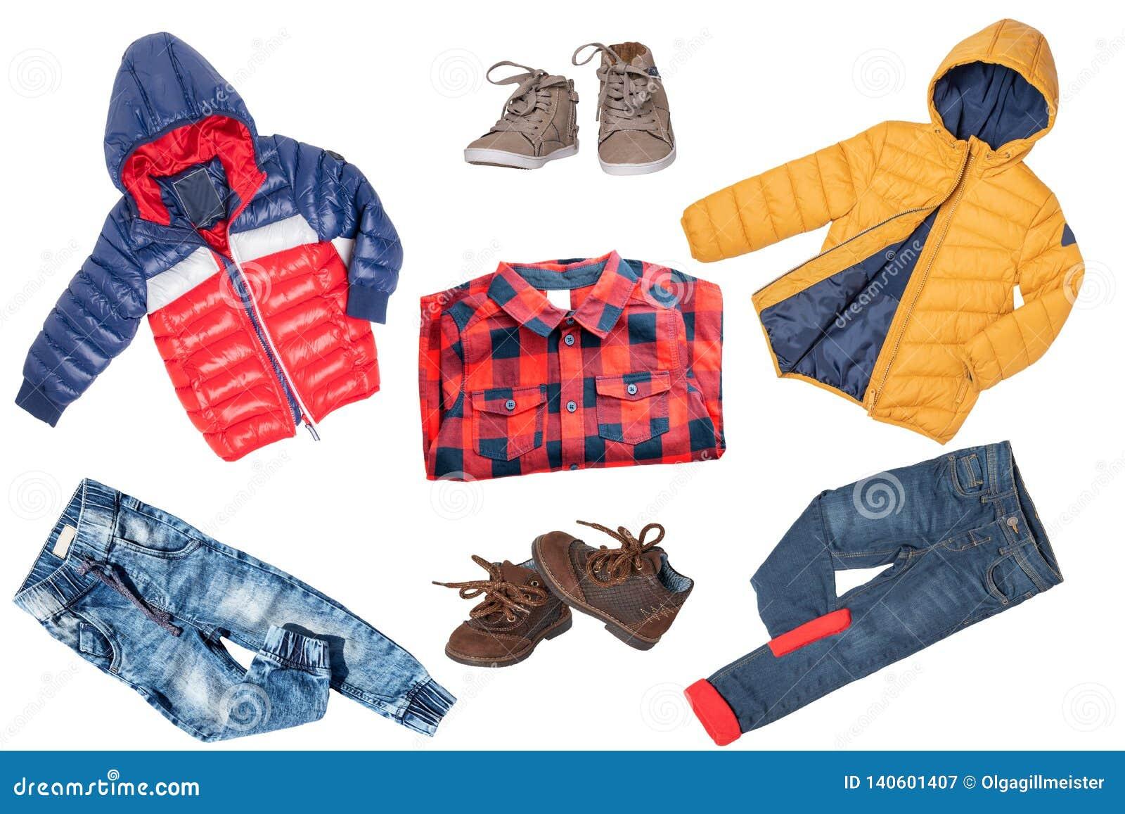 Комплект коллажа одежд детей Джинсы или брюки джинсовой ткани, ботинки, рубашка и куртки дождя для мальчика ребенка изолированног