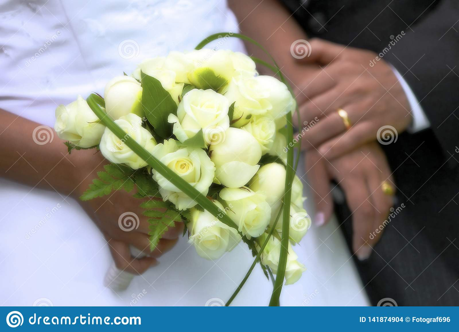 Конец свадьбы лета вверх с цветками