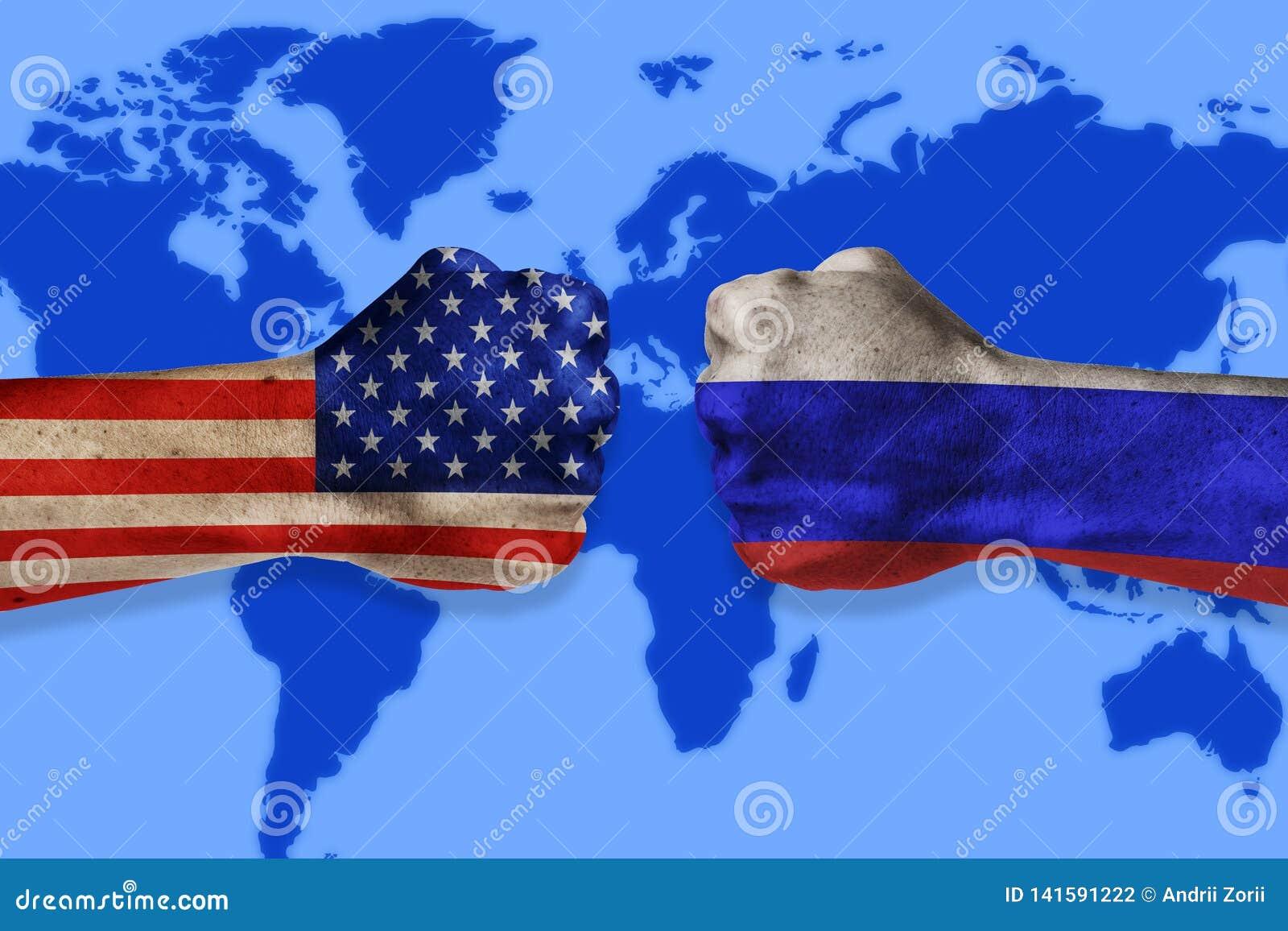 Концепция конфликта правительств Мужские кулаки покрашенные в США и русских флагах на предпосылке карты мира Конфликт между США и
