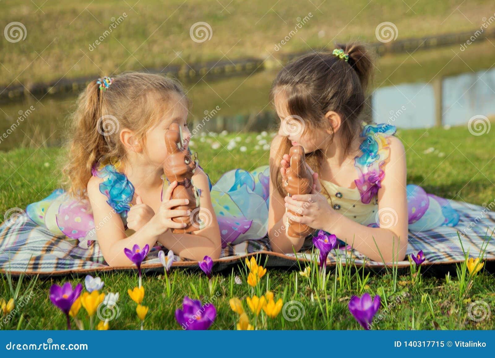 Концепция праздников пасхи Дети ищут и находят зайчика шоколада пасхи