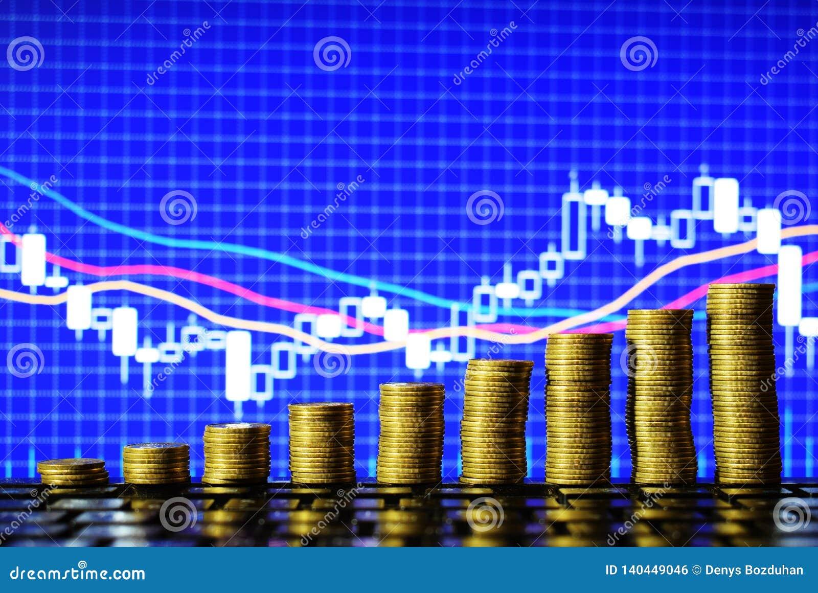 Лестница к богатству золотых монеток изолированных на предпосылке диаграммы валют