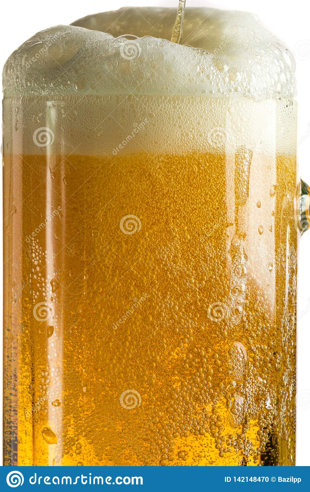 Лить светлое пиво в кружке пива, оно поворачивает вне пену и брызги