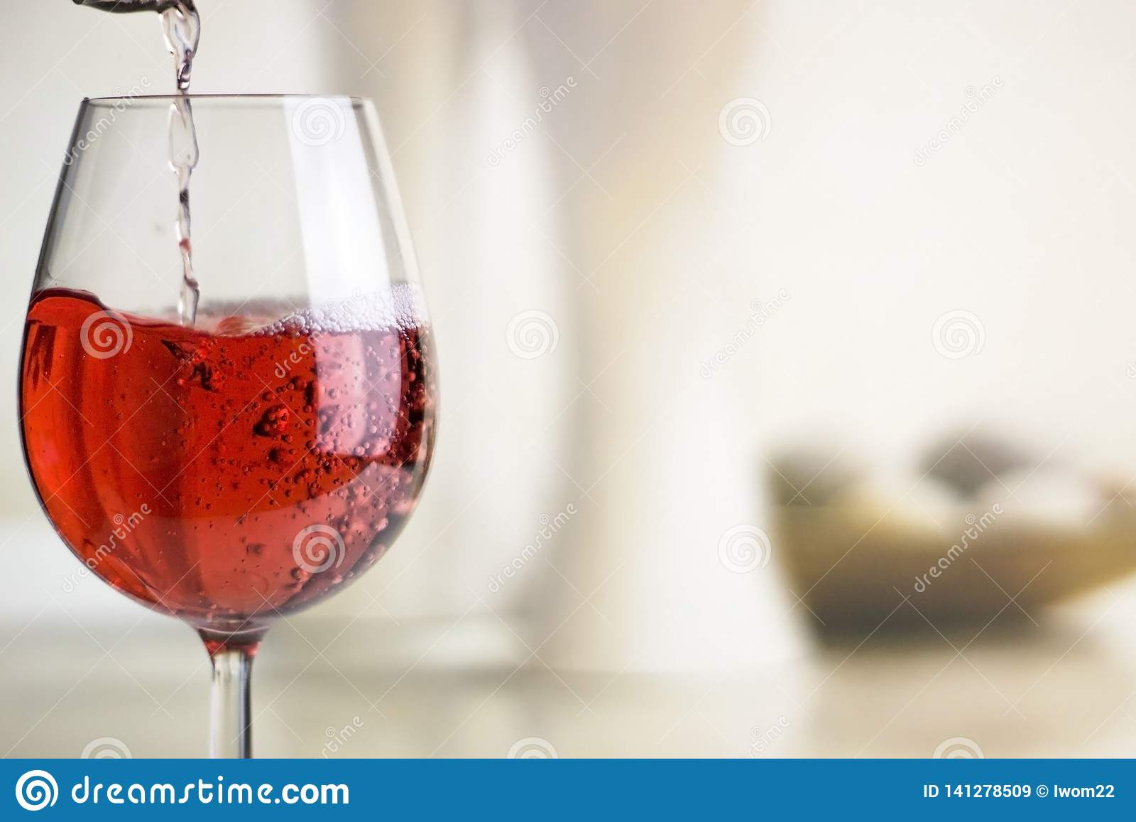 Лить розовое вино в бокал