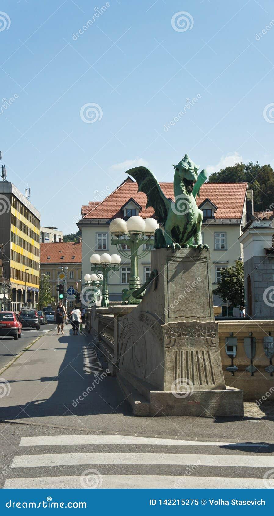 Любляна, Словения - 07/17/2015 - взгляд статуи на мосте дракона над рекой Ljubljanica, солнечный день
