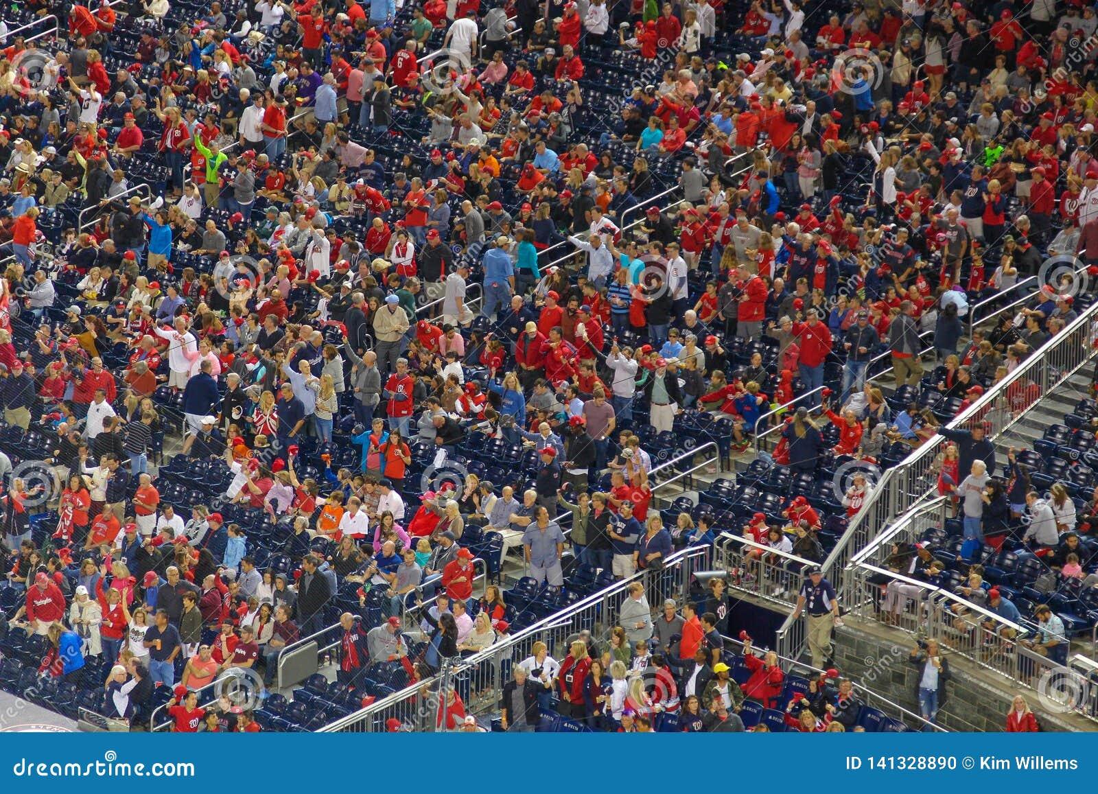 Люди в красный веселить во время события