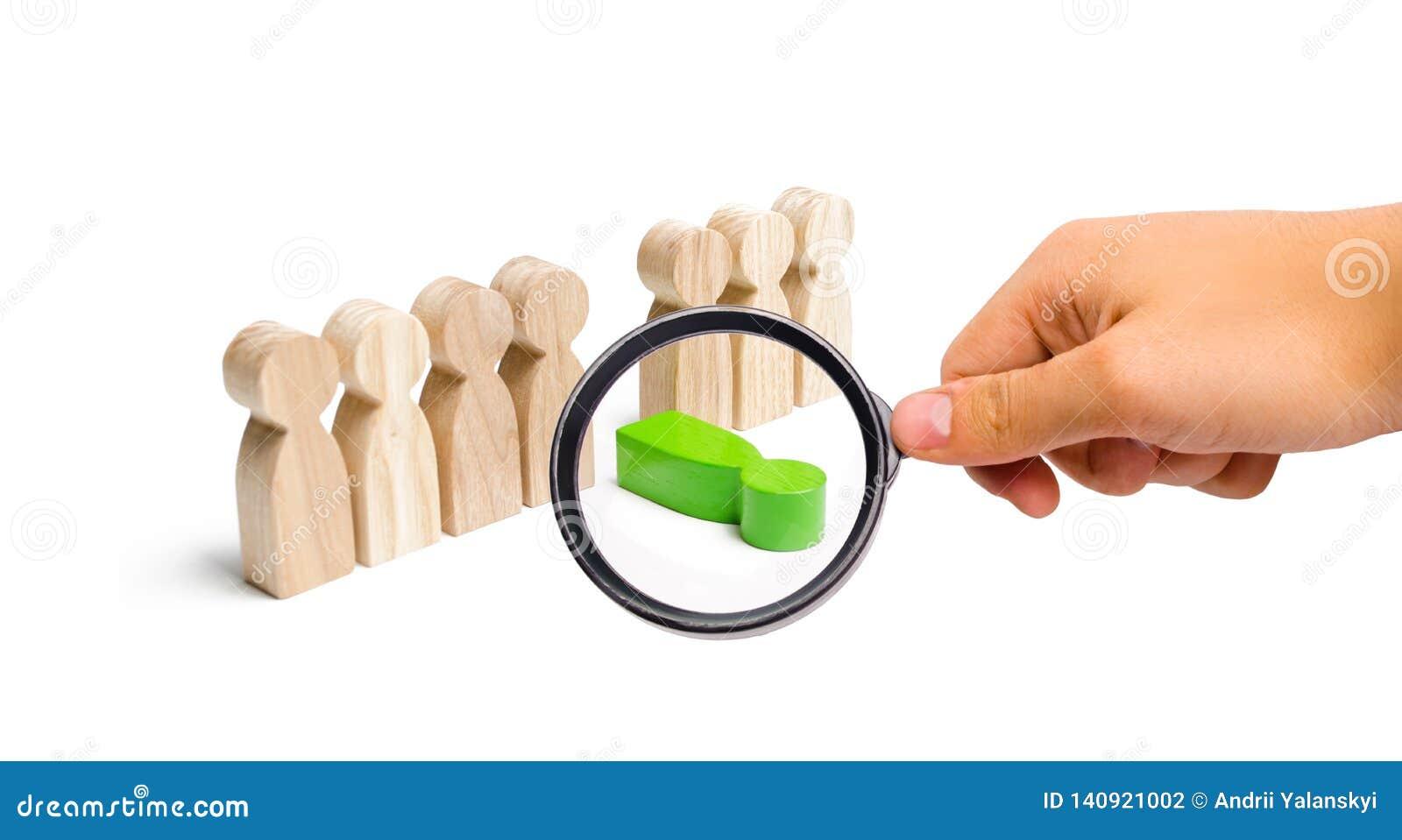 Лупа смотрит зеленую диаграмму человека падает из линии людей Нравственное и физическое высасывание, слабое звено