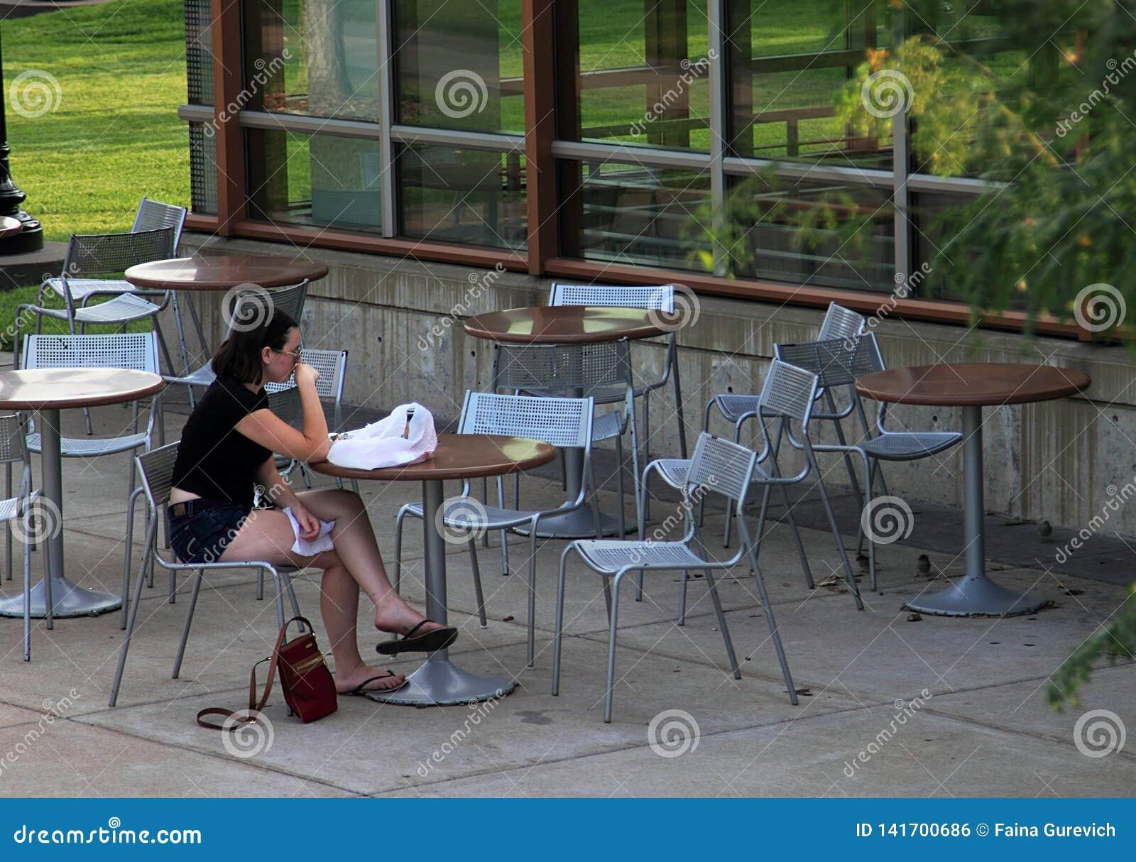 Маленькая девочка в получившемся отказ кафе улицы кампуса университета миннесоты