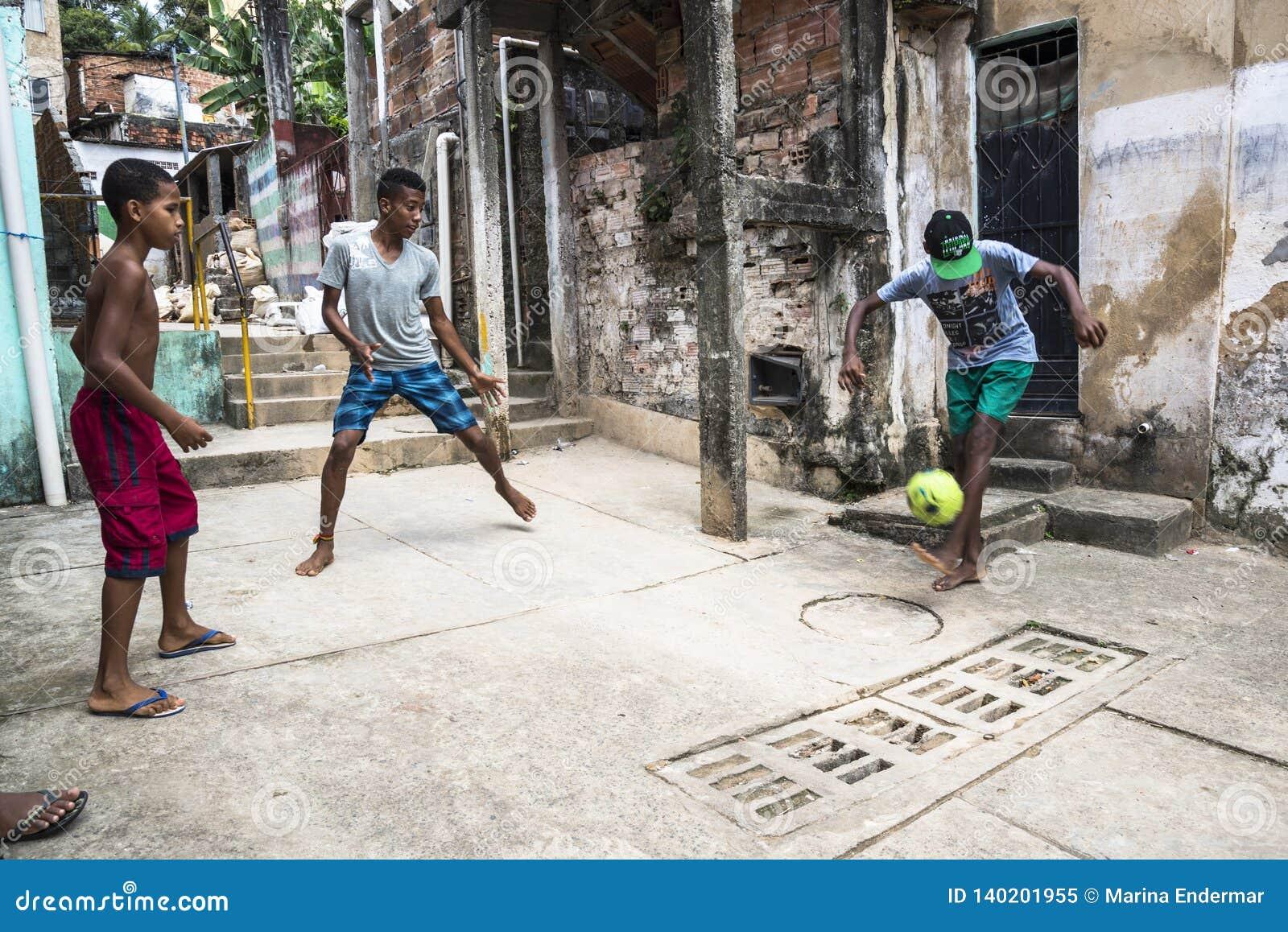 Мальчики играя футбол, Сальвадор, Бахю, Бразилию