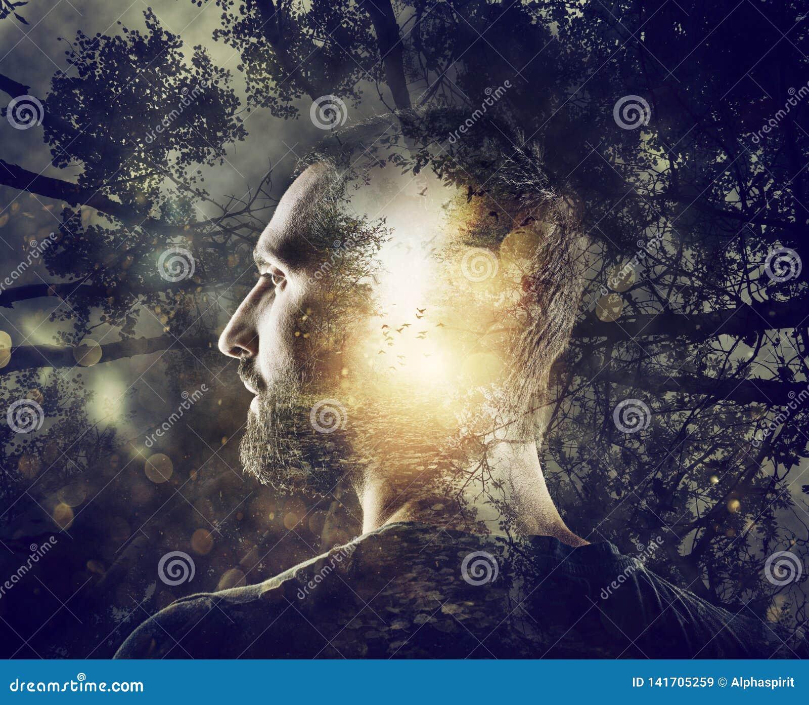 Мальчик с мистическим лесом в разуме двойная экспозиция