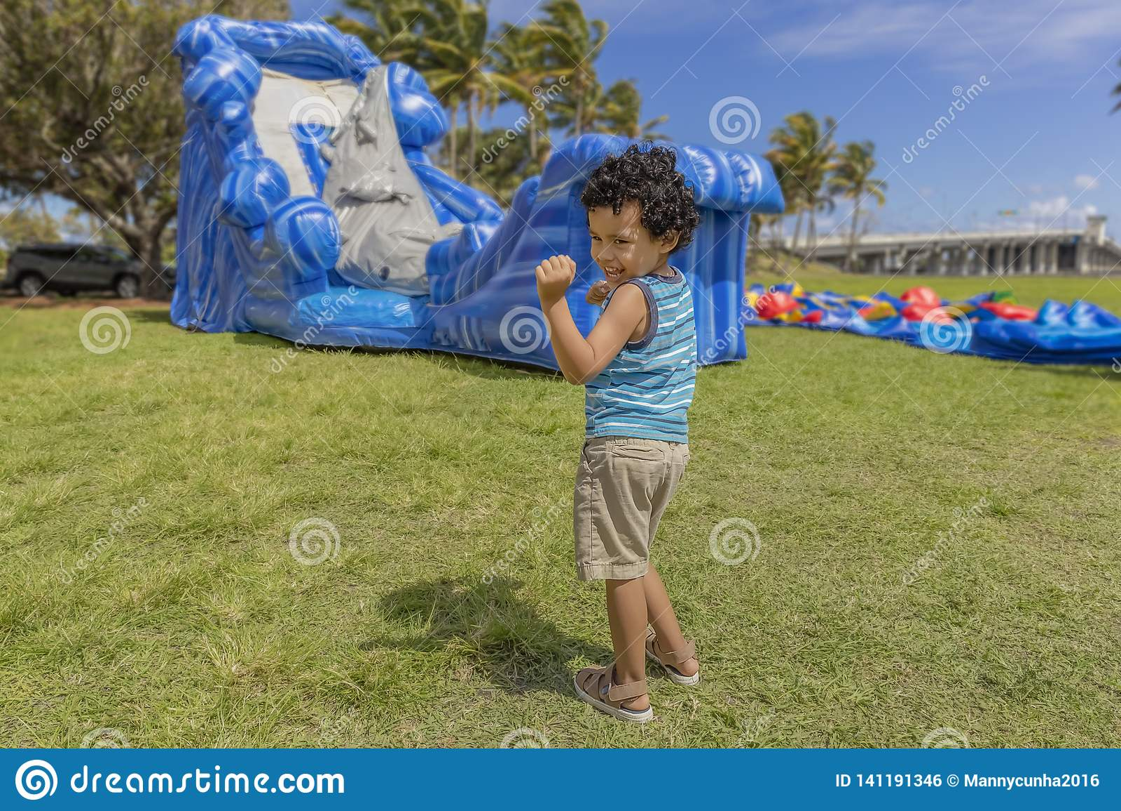 Малыш делает его счастливый танец пока наблюдающ, как дом прыжка надул
