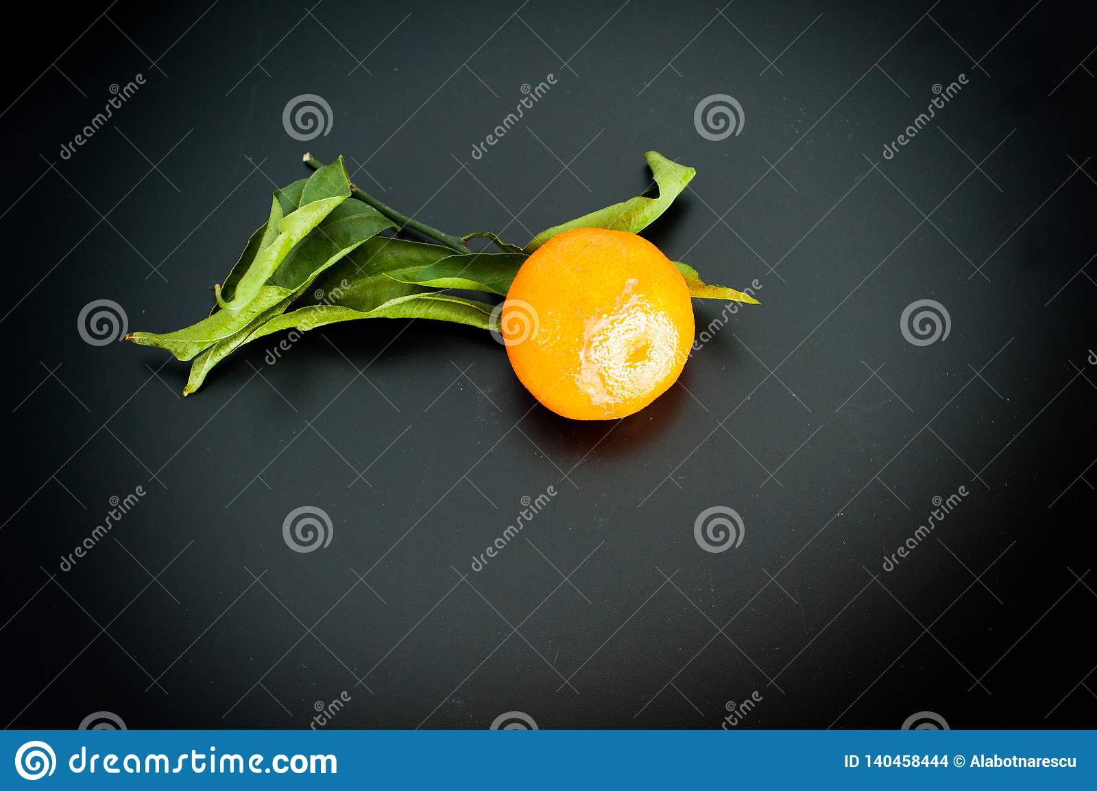 Мандарин на Клементинах tangerine плода черной предпосылки оранжевых