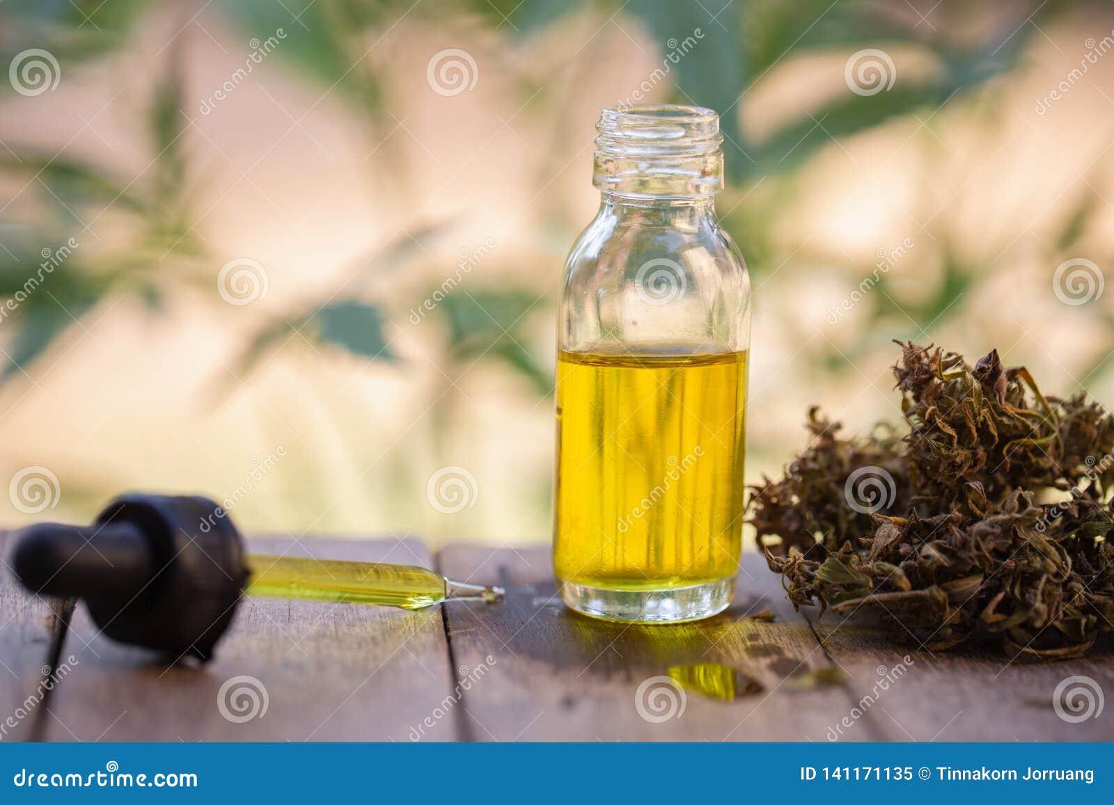 Масло пеньки, бутылка масла марихуаны, выдержки масла конопли в опарниках, медицинской марихуане, пипетке масла CBD