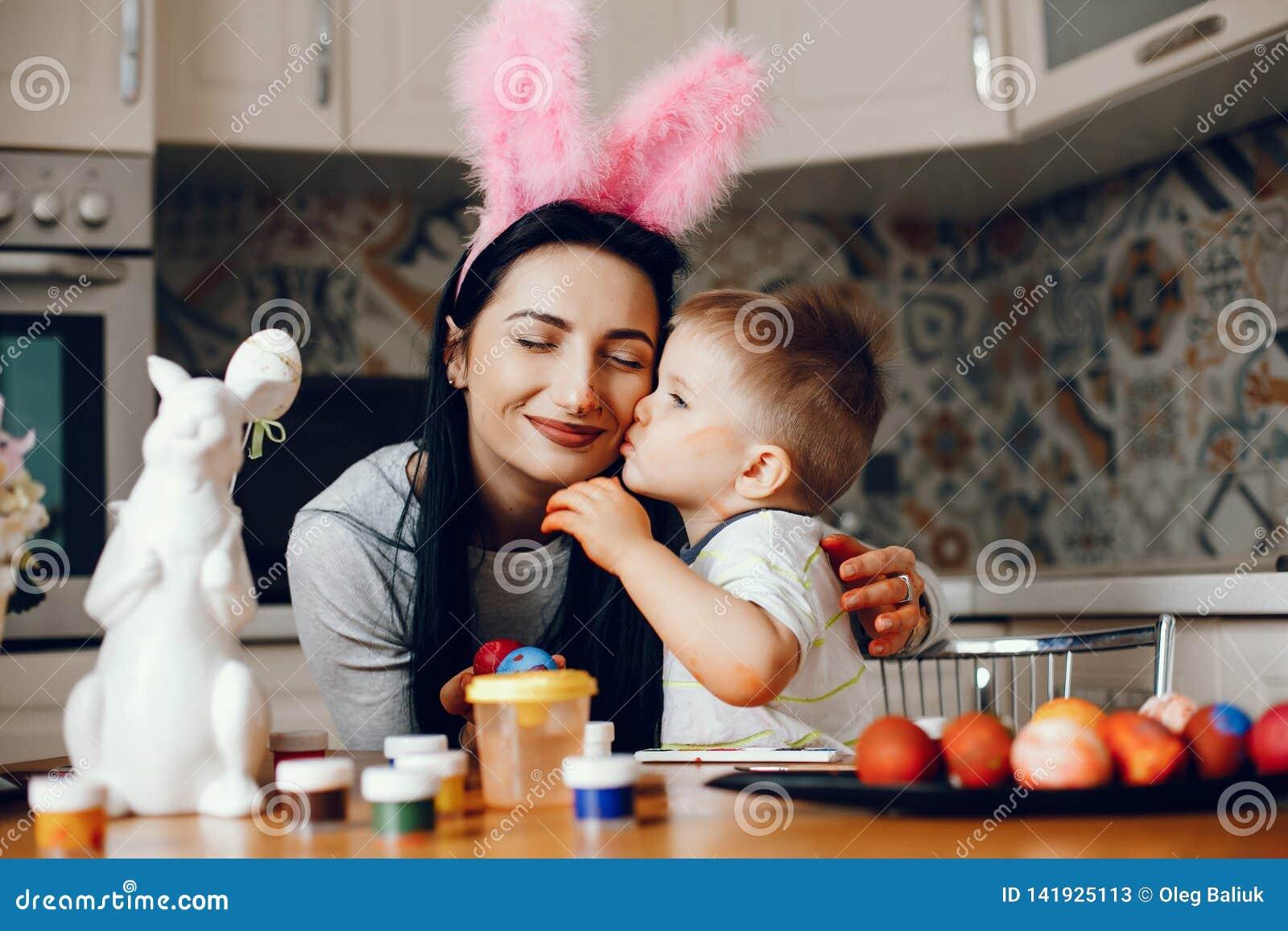 Мать с меньшим сыном в кухне