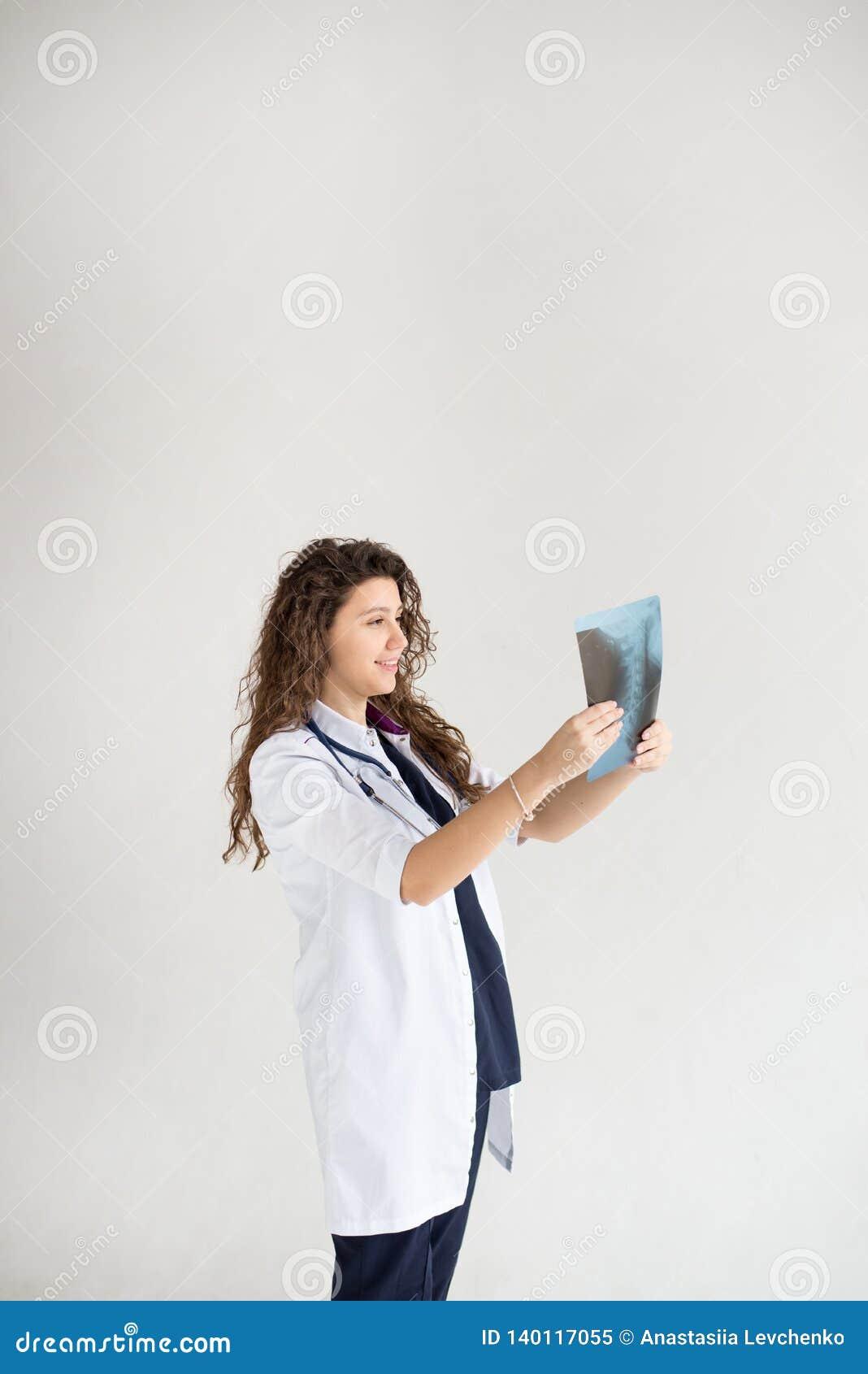 Медицинская женщина доктора врача изолированная на белой предпосылке доктор со снимком