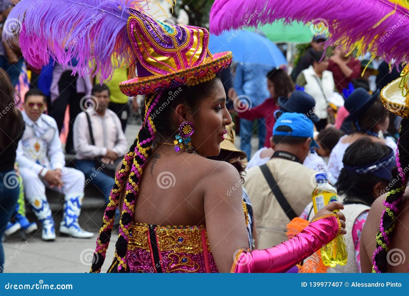 Местные торжества и красочные одежды