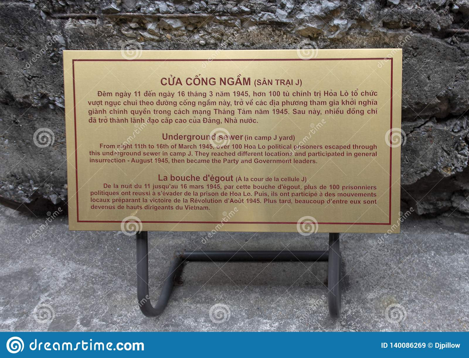 Металлическая пластинка информации для подземного маршрута побега сточной трубы на дисплее в тюрьме Hao Lo, Ханое, Вьетнаме