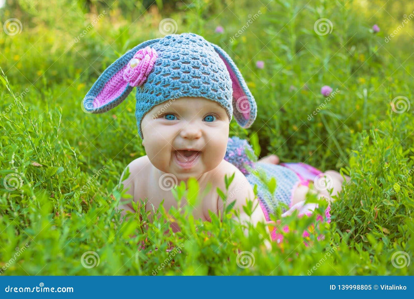 Милый младенец в зайчике пасхи костюма i овечки