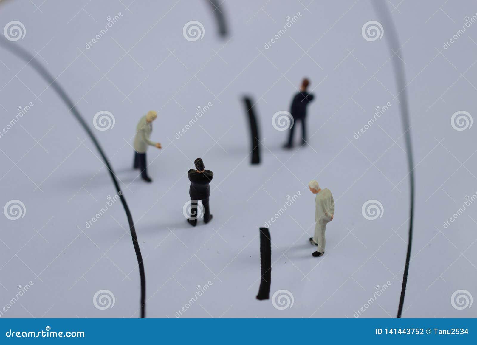 Миниатюрные люди: Диаграммы малого предпринимателя идя на улице