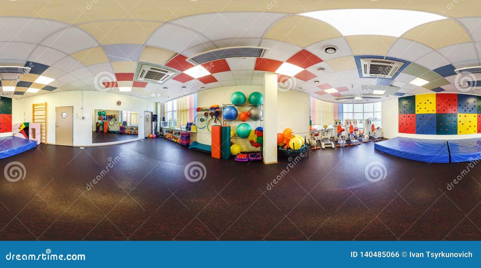 МИНСК, БЕЛАРУСЬ - ИЮЛЬ 2017: полностью безшовный взгляд угла панорамы 360 в интерьере стильного фитнес-клуба для комнаты гимнасти
