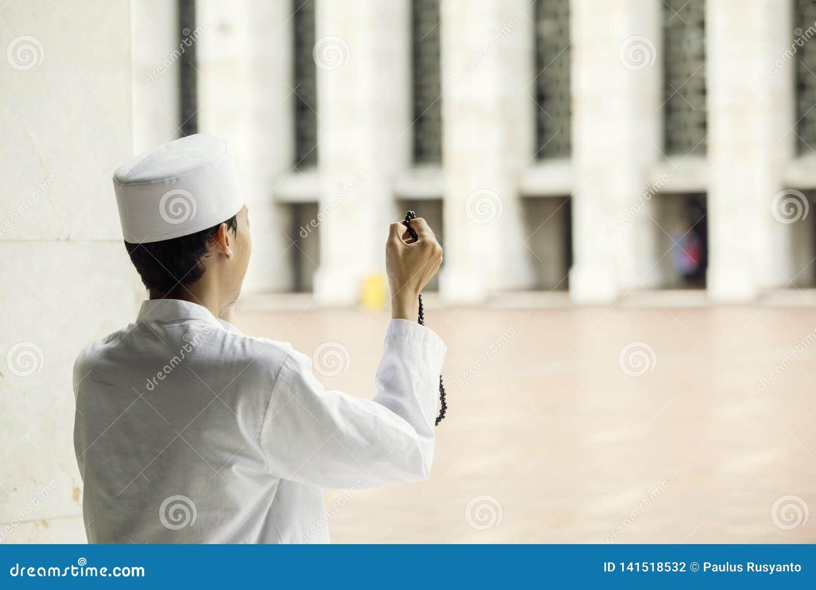 Мусульманский человек молит к Аллаху после делать Salat
