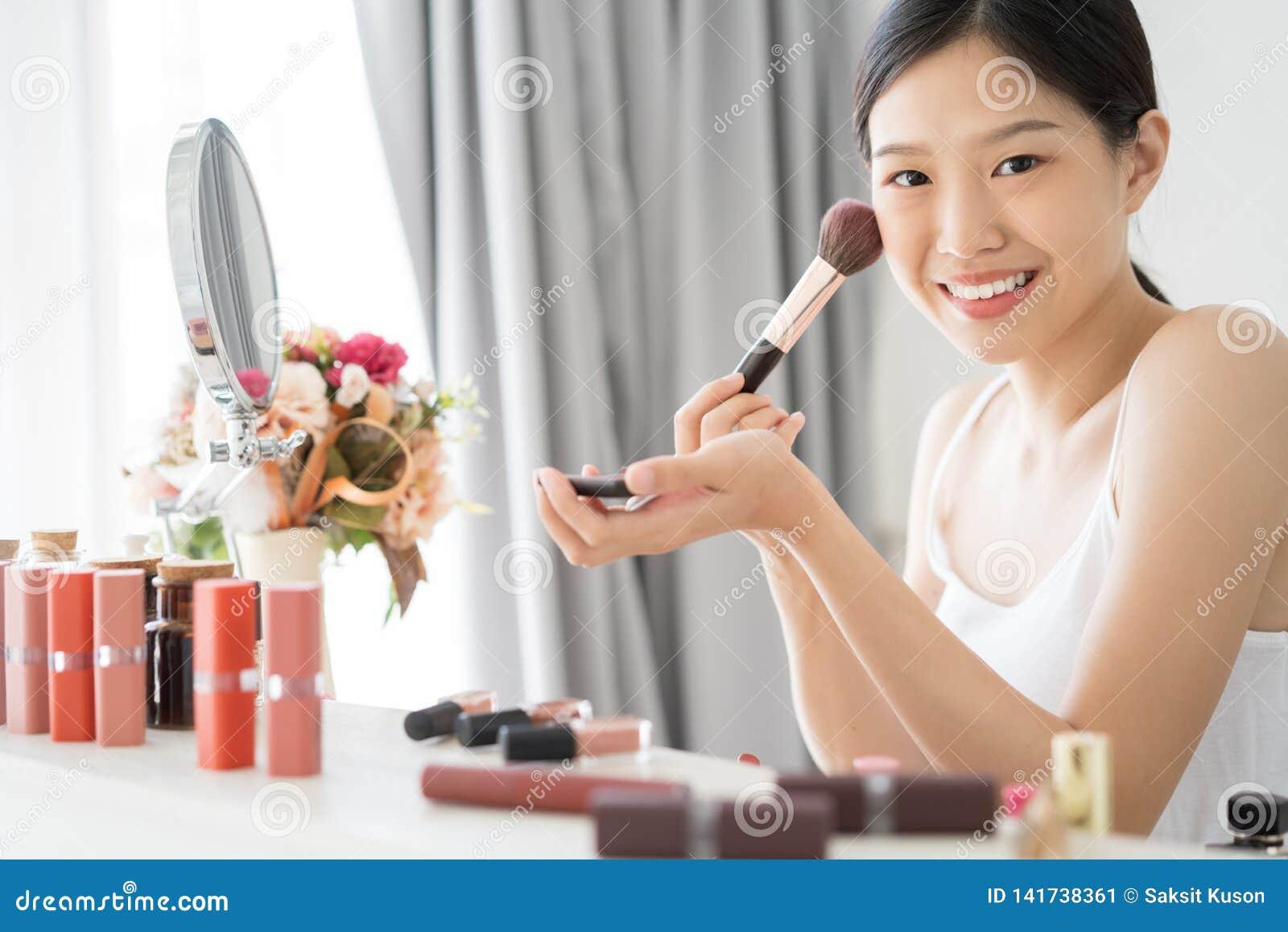 Молодая азиатская женская красота макияжа щеткой