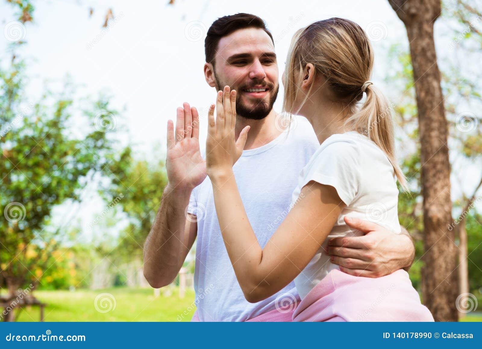 Молодая пара счастливая дающ высоко 5 энергичное и веселить