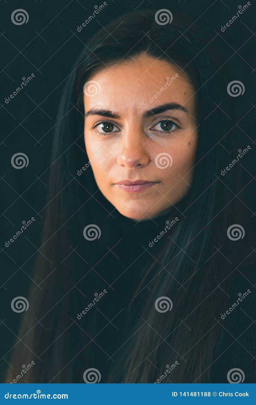 Молодые женские кавказские улыбки на камере