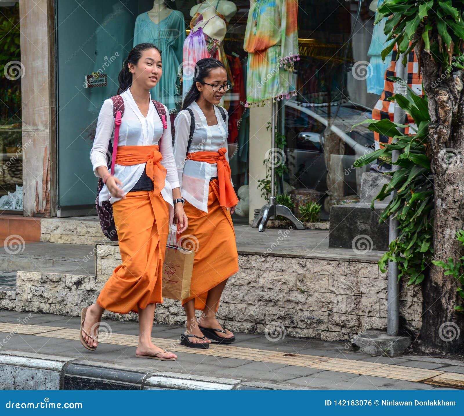 Молодые женщины идя на улицу