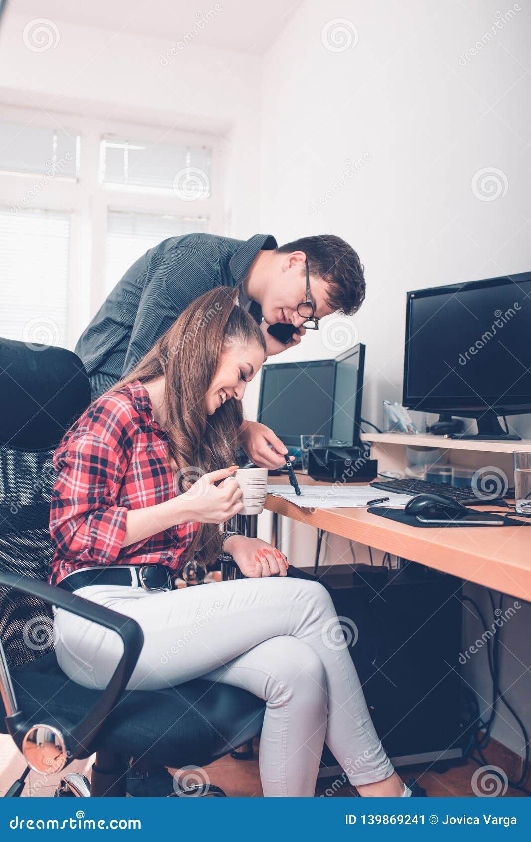 Молодые умные коллеги в офисе обсуждая финансовый отчет