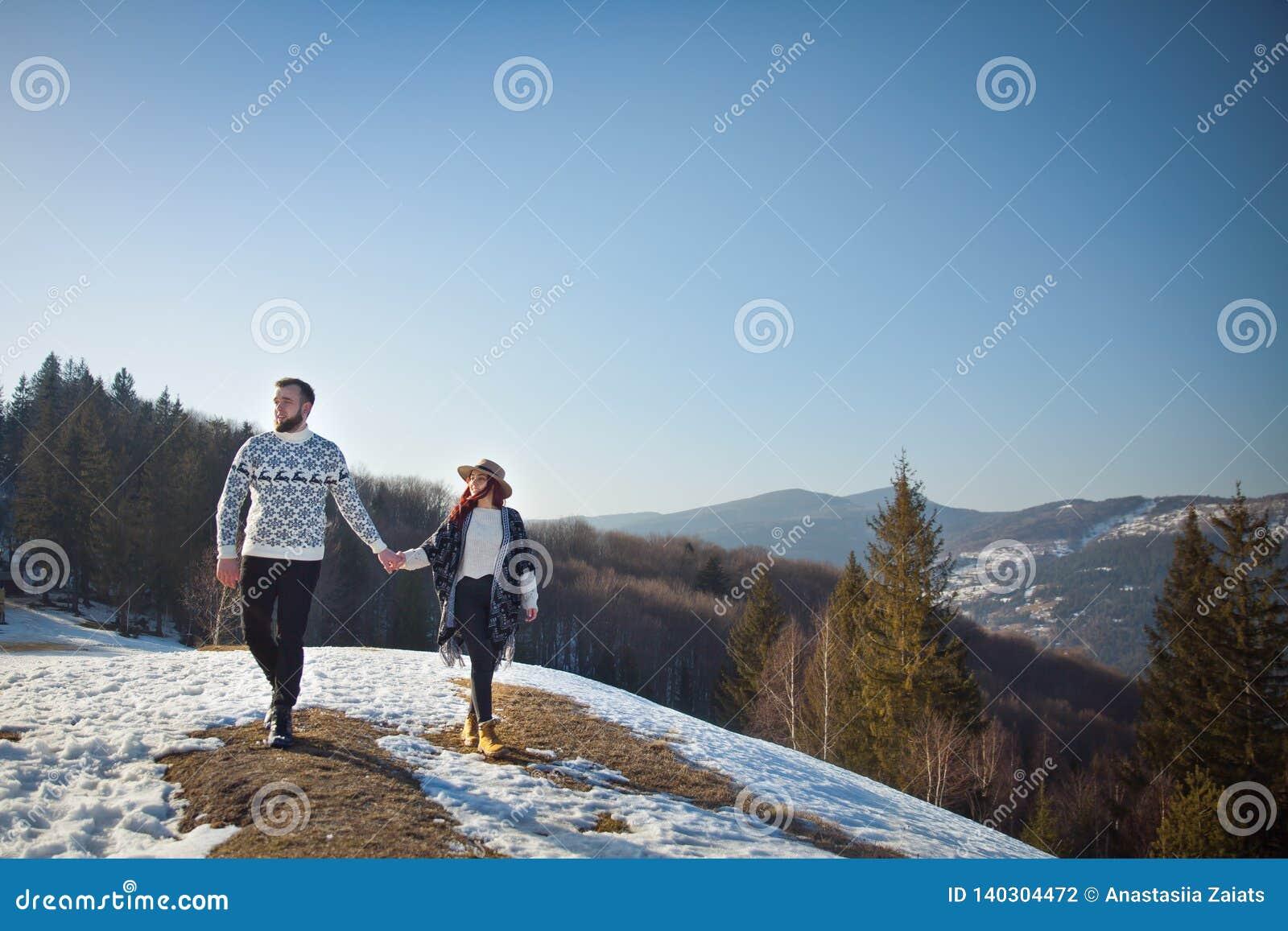 2 молодых путешественника идя в горы