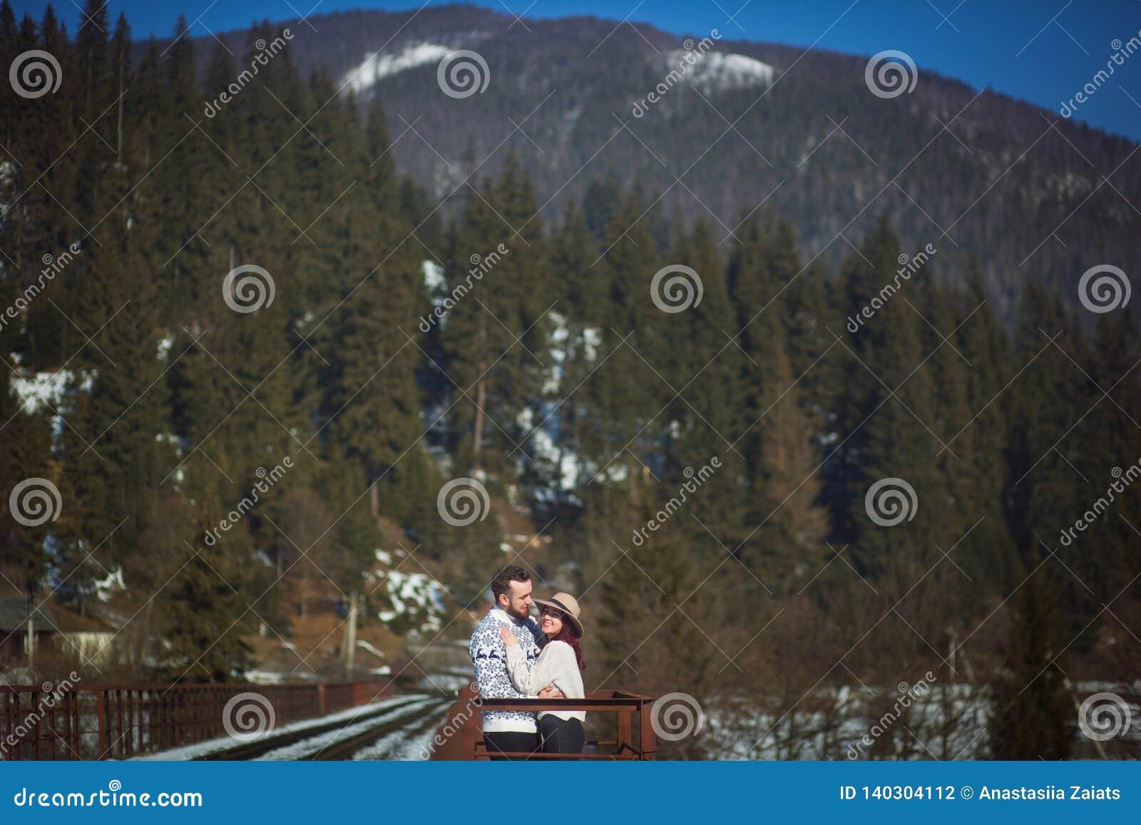 2 молодых путешественника идя на мост