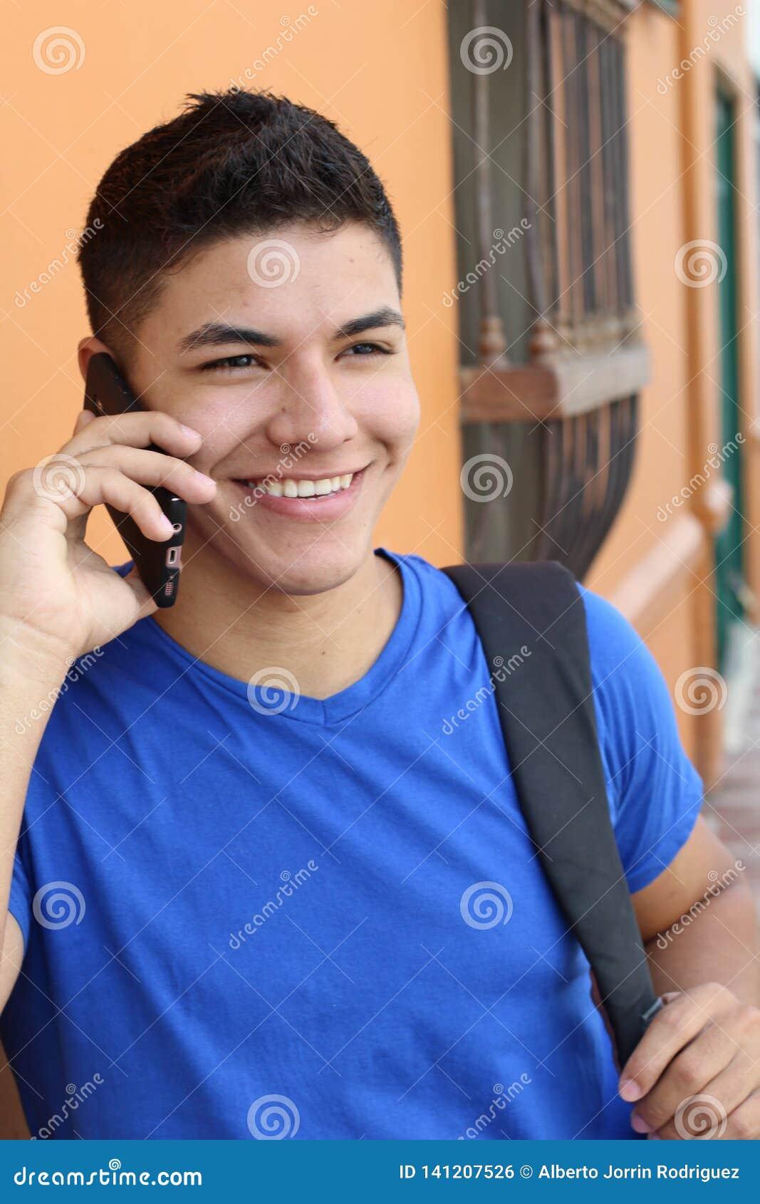 Молодой мужской вызывать телефоном outdoors