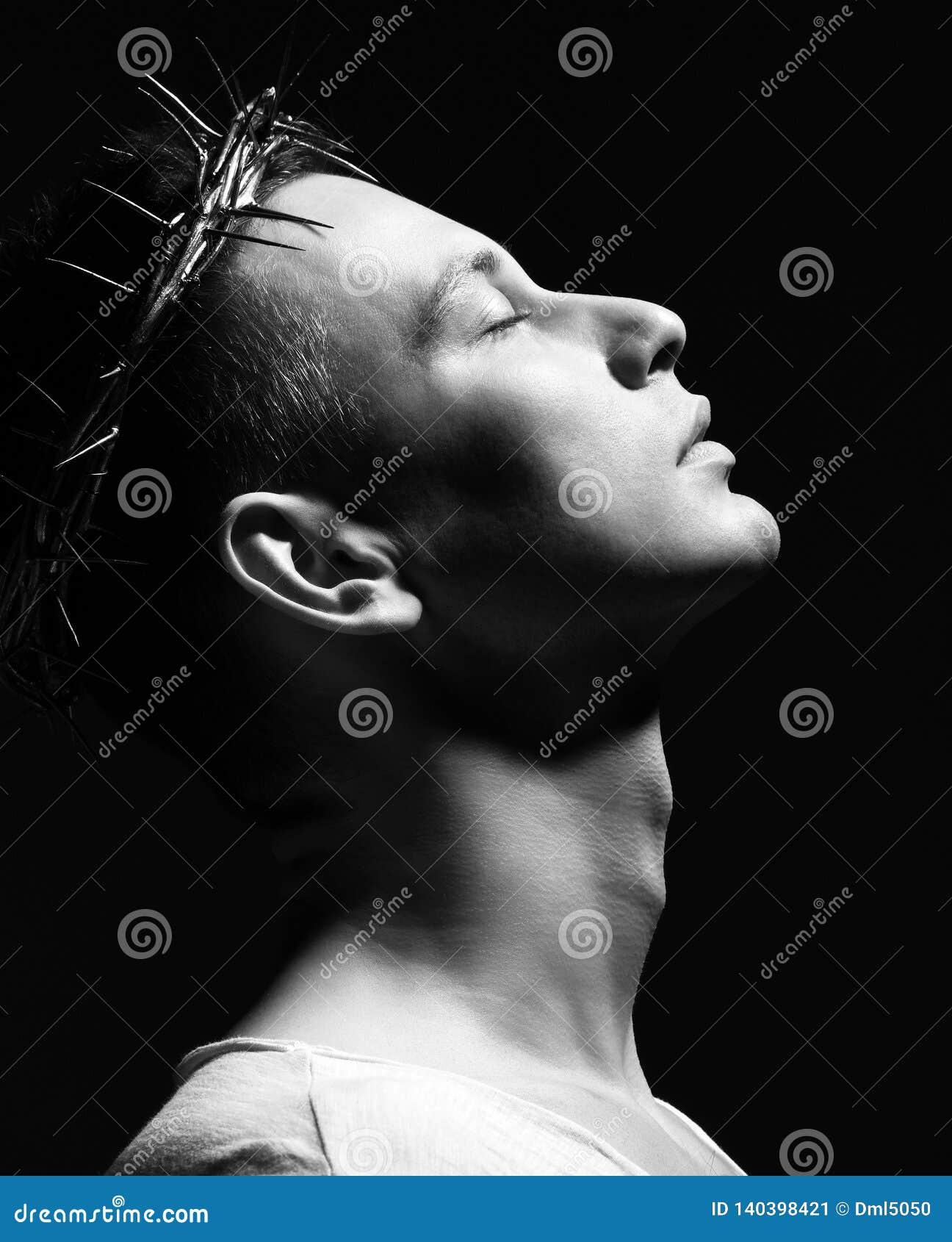 Молодой человек в кроне терниев, martyrhold его сторона поднятая к небу сторона съемки