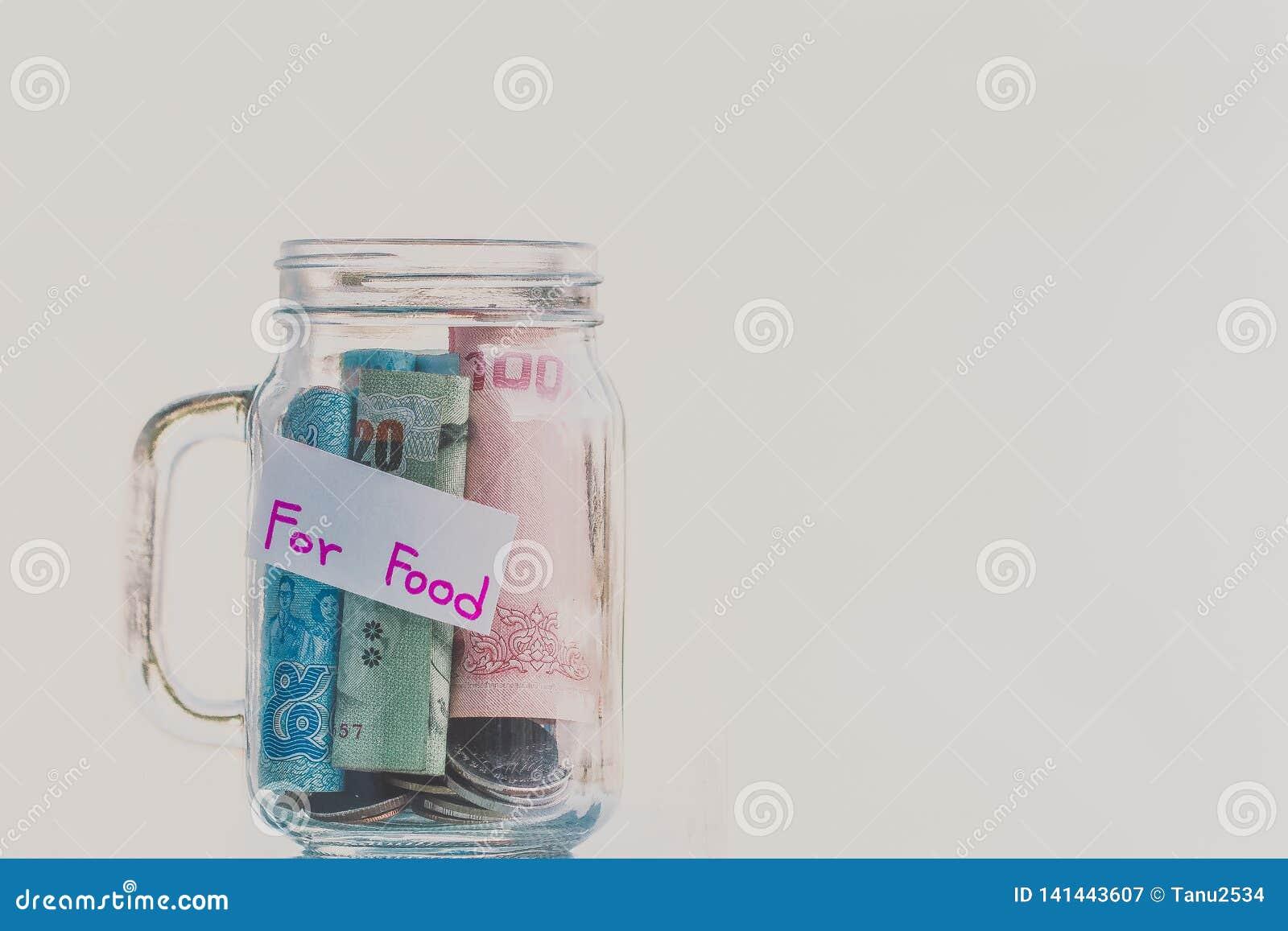 Монетки и банкноты в бутылке