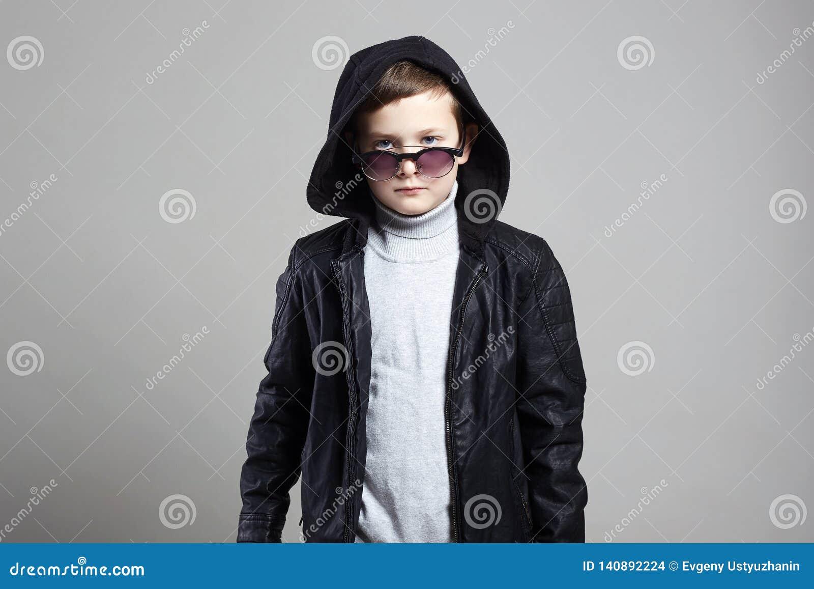 Модный мальчик в hoodie и солнечных очках